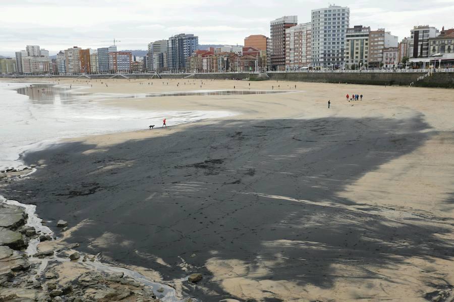 Una mancha de carbón 'mancha' la playa de San Lorenzo