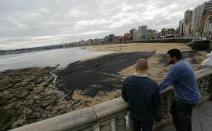 Gijón pide a la Universidad un nuevo estudio sobre el carbón de la playa de San Lorenzo de Gijón