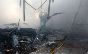 Los Bomberos de León de sofocan un incendio en una nave de Santa Olaja de la Ribera