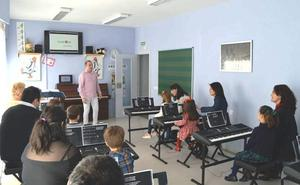 Peñacorada imparte un innovador curso para acercar a los más pequeños a la música