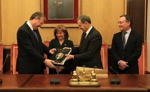 El alcalde de León recibe a los 40 magistrados que visitan la capital