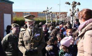 Alumnos de varios colegios de León y provincia visitan la Base Conde de Gazola