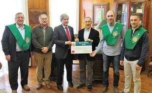La tuna de la Universidad de León se suma a la lucha contra el cáncer y entrega 2.750 euros
