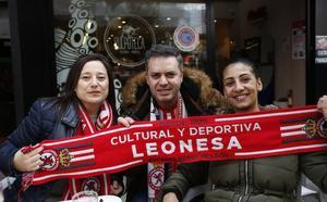 Una marea leonesa conquista el corazón de Gijón
