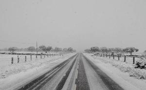 Cerrada al paso de camiones la AP-6 por nevadas y vehículos atrapados en la Autovía de la Plata