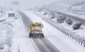 El temporal de nieve cierra la AP-6 para camiones y pasa de puntillas por León