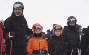 El Rey disfruta de una jornada de esquí en la estación de Aramón Formigal