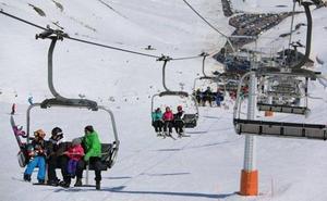 Más de 6.000 usuarios pasan por las estaciones invernales de la provincia durante el fin de semana