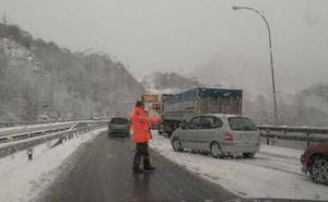 La nieve cierra puertos y carreteras en la A-6 y en la A-67