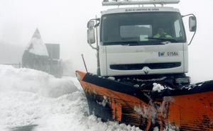 La nieve mantiene una docena de carreteras cortadas y obliga a usar cadenas en casi una veintena de tramos viarios