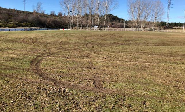 Un vehículo 'destroza' con trompos y derrapes el campo del Villabalter