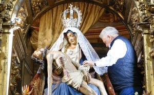 Leonoticias.tv | Los mozos del mercado abren la Semana Santa bajando a 'La Morenica' de su camarín