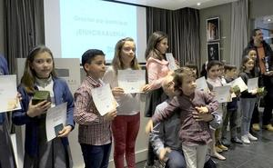 El concurso de pintura 'Mi papá y yo' de leonoticias entrega los premios a los mejores trabajos en El Corte Inglés