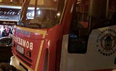 Un incendio en un taller de automoción obliga a desalojar tres viviendas en Flores del Sil