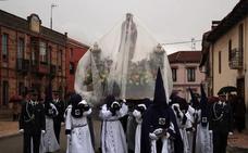 La lluvia obliga a acortar el recorrido de la procesión del Ecce Homo de Santa Marina del Rey