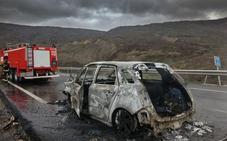 Un conductor logra salir ileso tras arder su vehículo en la autopista León-Campomanes