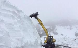 Un alud de nieve corta la carretera del puerto Ventana