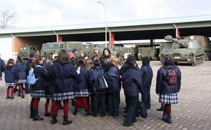 Los alumnos de varios colegios de León visitan la Base 'Conde de Gazola'