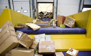 La historia del buzón de Correos: el envío de cartas caen un 30% frente al repunte del 40% de la paquetería en León