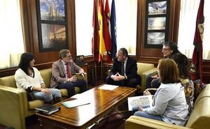 Ayuntamiento y Aspaym impulsan una auditoría para subsanar errores y diseñar paradas de autobús accesibles en León