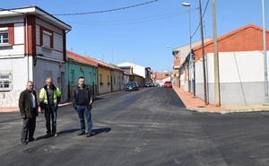 Finalizan los trabajos en la calle Armonía y comienza la construcción de nichos en el cementerio de La Bañeza