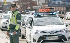 La Guardia Civil inmoviliza en León un camión de mercancías peligrosas y denuncia a su conductor por dar positivo en cocaína