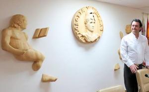 Una escultura de Amancio González preside desde este jueves el Aula Magna de Filosofía y Letras en la ULE