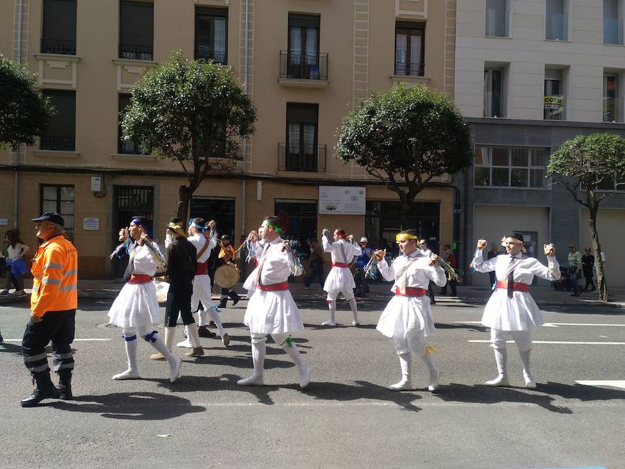 Desfile de trajes regionales por León
