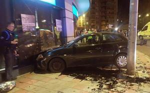 Dos heridos tras un aparatoso accidente en León capital con un vehículo empotrado en un escaparate