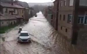 La Ercina vive una riada «nunca vista» que provoca graves daños en calles y vías de tren