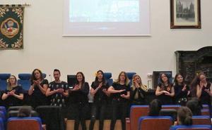 Alumnos de Educación Social abren con música y lenguaje de signos la ponencia de Tomás Ortiz