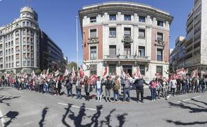 leonoticias.tv   Directo   Los pensionistas leoneses rodean la subdelegación del Gobierno