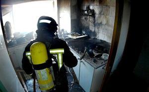 El incendio de una campana extractora provoca serios daños en una vivienda