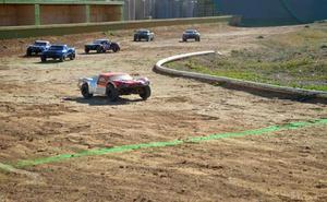 Los amantes de los coches teledirigidos compiten en León en la II Prueba North Short Course