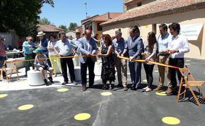 Villamoros de Mansila inaugura su nueva plaza convertida en un hito del Camino de Santiago