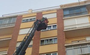La caída de cascotes de un inmueble en Ramón y Cajal obliga a intervenir a los Bomberos