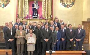 El Dulce Nombre vuelve a recordar a Don Enrique con la entrega del diploma y emblema de la Cofradía a su familia