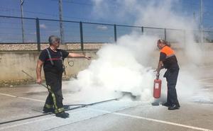 Los Bomberos de León forman a los voluntarios de Protección Civil en extinción de incendios