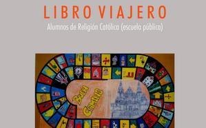 La exposición 'Libro viajero' muestra la creatividad de los alumnos de religión de la escuela pública