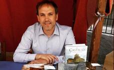 El escritor Luis Zueco presenta en León su nuevo libro, El Monasterio