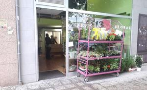 Roban en una floristería de Flores del Sil el dinero del bolso a una clienta