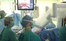 El Hospital de León estrena la cirugía robótica y reduce los efectos secundarios y la invasión en Urología
