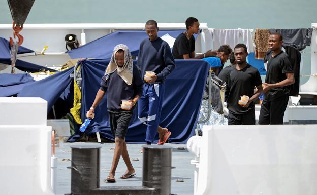 Italia permite desembarco de menores del barco