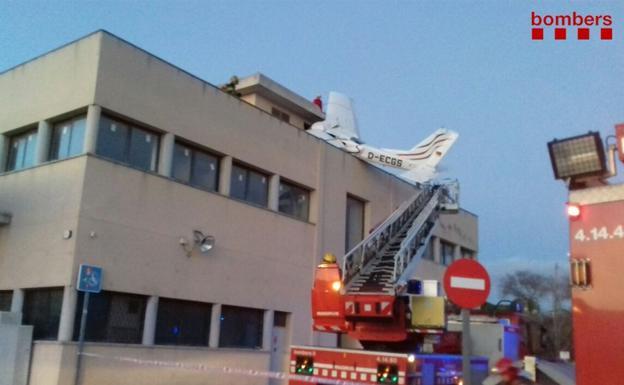 Se estrella avioneta contra edificio en Barcelona; hay dos muertos