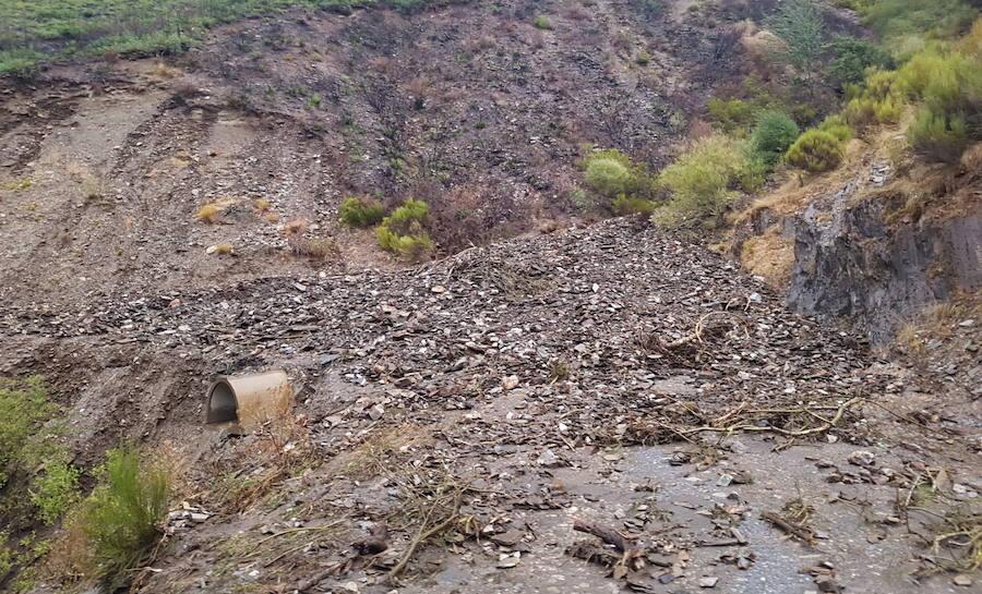 Las lluvias provocan nuevos desprendimientos en la carretera de acceso a Peñalba
