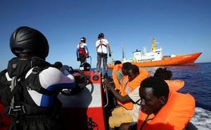 Castilla y León se ofrece a acoger a los inmigrantes del Aquarius, sobre todo los menores no acompañados