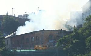 Afectado por inhalación de humo un hombre de 56 años en el incendio de una casa en ruina en el caso histórico de Ponferrada