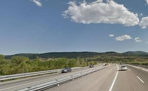 Fallece un motorista de 54 años tras colisionar con la bañera de un camión en Bembibre