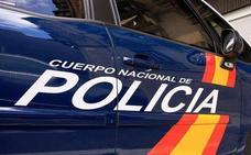 Los servicios de emergencia atienden a varios policías nacionales que intervinieron en un incendio en Ponferrada