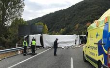 Evacúan al Hospital del Bierzo a un varón excarcelado por los bomberos tras volcar con su camión en la A-6